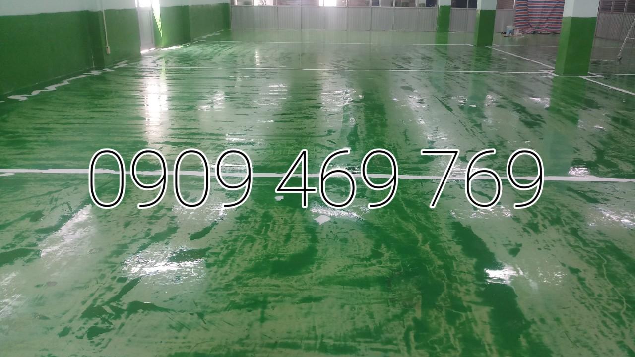 Gạt lấp lỗ sàn nền bằng lớp sơn epoxy hệ lăn hay hệ tự phẳng
