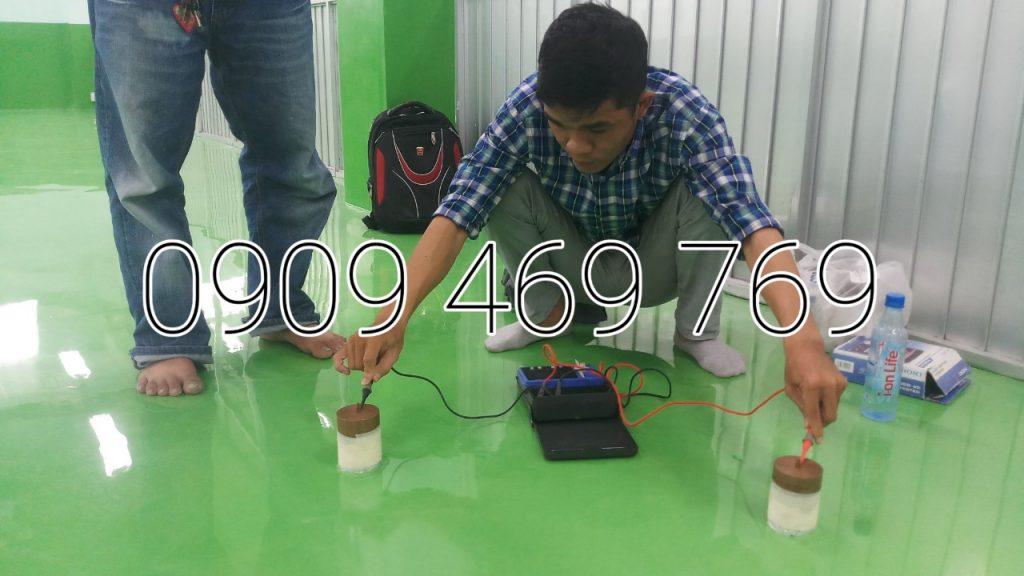 Đang tiến hành đo độ chống tĩnh điện của hệ sơn epoxy chống tĩnh điện